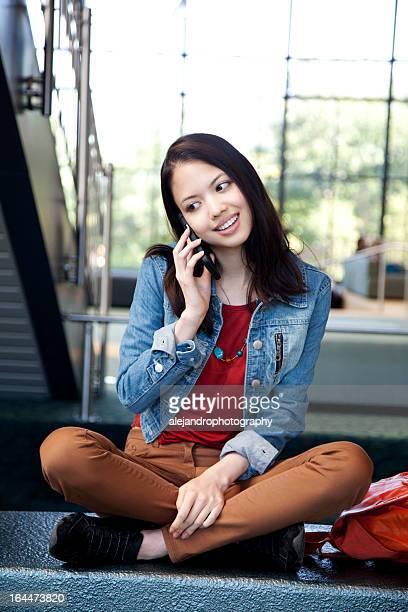 Ethnischen student mit Smartphone