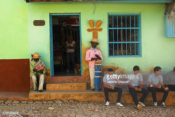 CONTENT] Etudiants devant un magasin dans une rue de trinidad à cuba faux musiciens devant la porte d'entrée students in front of little shop in a...