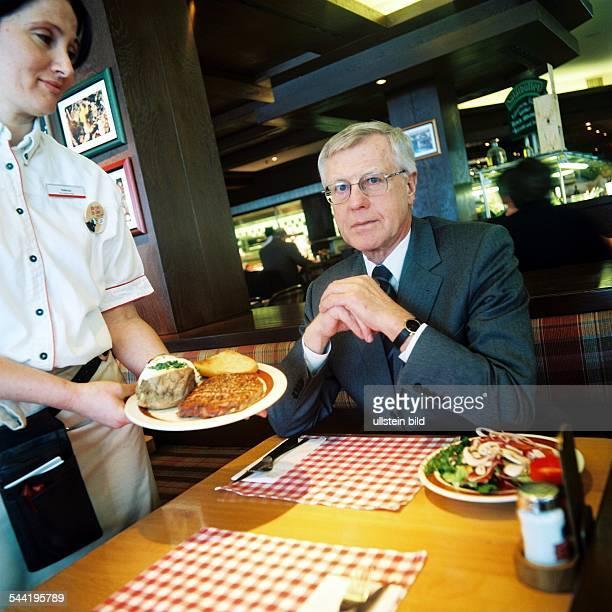 Eugen Block Hotelier und Inhaber der Hamburger 'BlockHouse' Restaurantkette in einem seiner Gaststätten mit einer Angestellten