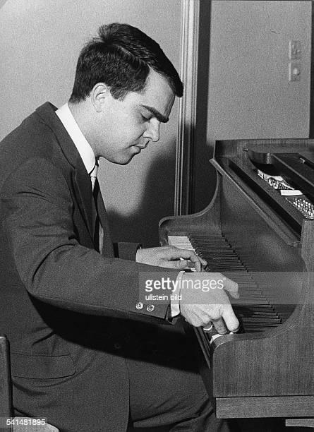 Eugen Cicero*1940Musiker Jazzmusiker PianistPorträt am Klavier 1966