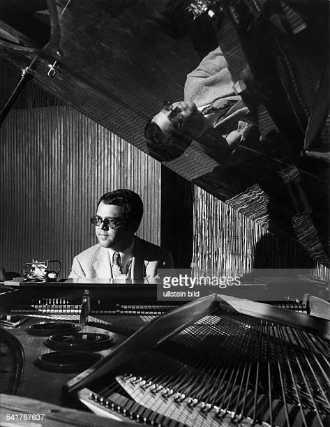 Eugen Cicero*1940Musiker Jazzmusiker PianistPorträt am Klavier 1972