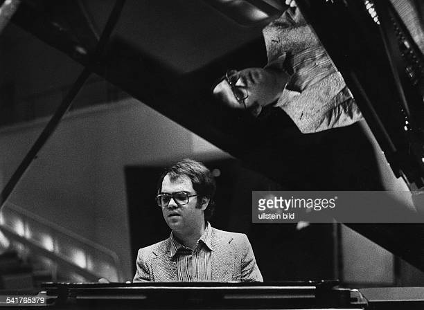 Eugen Cicero*1940Musiker Jazzmusiker PianistPorträt am Klavier 1975