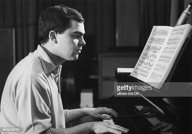 Eugen Cicero*1940Musiker Jazzmusiker PianistPorträt am Klavier vermutl 1960er Jahre
