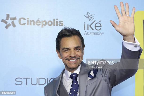 Eugenio Derbez salutes during the red carpet of the Mexican movie 'El Tamañ–o Si Importa' at Cinepolis Oasis Square on January 24 2017 in Mexico City...