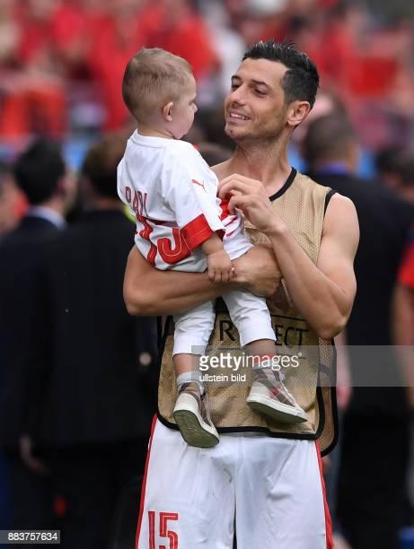 FUSSBALL Euro 2016 GRUPPE Albanien Schweiz Blerim Dzemaili mit seinem Sohn Luan