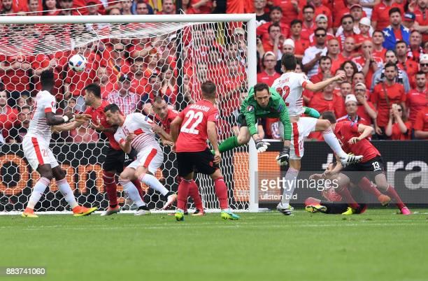 FUSSBALL Euro 2016 GRUPPE Albanien Schweiz Fabian Schaer erzielt das Tor zum 01 Die Abwehr um Torwart Etrit Berisha kommt zu spaet
