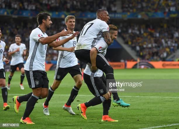 FUSSBALL Euro 2016 GRUPPE C in LILE Deutschland Ukraine 0 Sami Khedira Thomas Mueller Jerome Boateng und Torschuetze Shkodran Mustafi