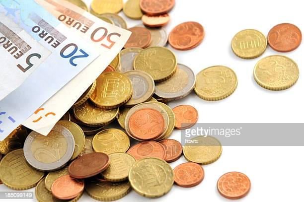 Moneta Euro e Valuta cartacea cadere su sfondo bianco