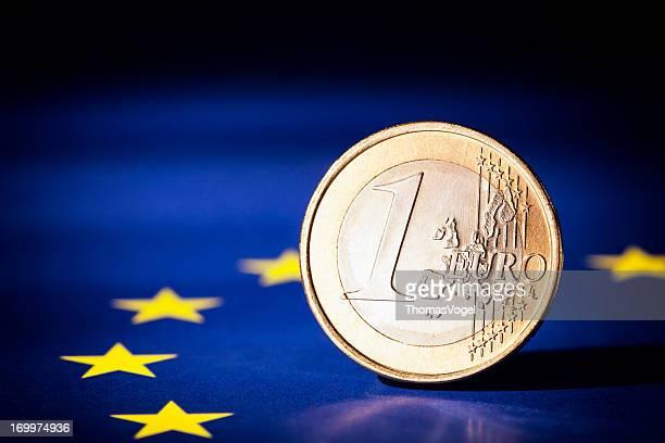 Moneta Euro su una bandiera dell'Unione europea