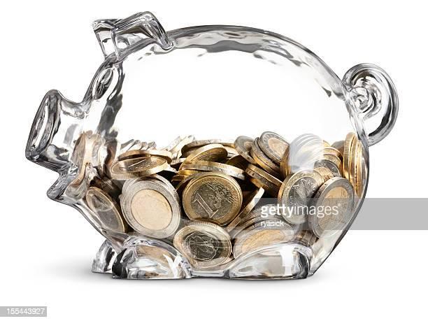 Euro-Münzen in halb gefüllt klare Sparschwein auf Weiß