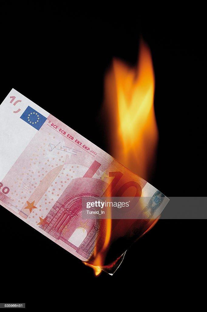 10 euro note burning against black background : Stock Photo