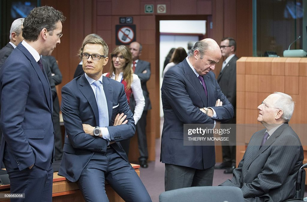 Eurogroup President and Dutch Finance Minister Jeroen Dijsselbloem talks with Finnish Finance Minister Alexander Stubb, Spanish Minister of Economy and Competitiveness Luis De Guindos Jurado and German Finance Minister Wolfgang Schäuble prior to a meeting of Eurogroup ministers at the European Council headquarters in Brussels on February 11, 2016. / AFP / THIERRY MONASSE