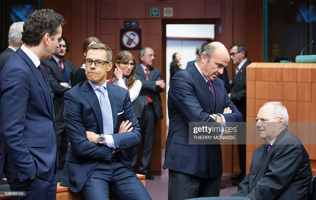 Eurogroup President and Dutch Finance Minister Jeroen Dijsselbloem, Finnish Finance Minister Alexander Stubb, Spanish Minister of Economy and Competitiveness Luis De Guindos Jurado and German Finance Minister Wolfgang Schäuble speak prior to a meeting of Eurogroup ministers at the European Council headquarters in Brussels on February 11, 2016. / AFP / THIERRY MONASSE