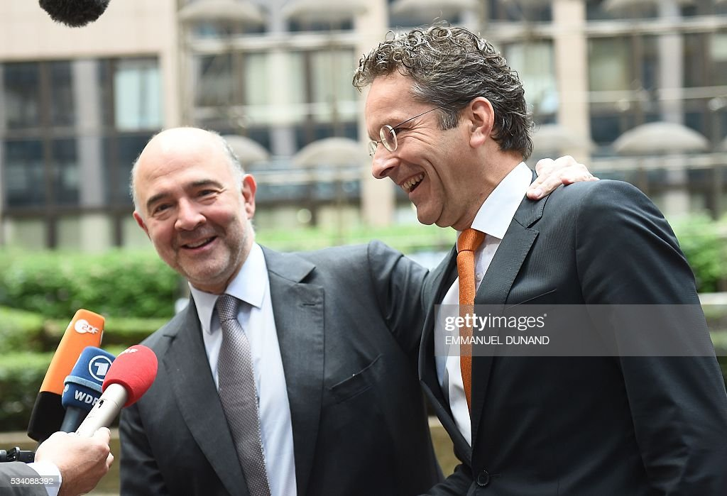 Eurogroup President and Dutch Finance Minister Jeroen Dijsselbloem (R) and European Commissioner for Economic and Financial Affairs, Taxation and Customs Pierre Moscovici arrive to attend an Economic and Financial (ECOFIN) Affairs Council meeting at the European Council, in Brussels, on May 25, 2016. / AFP / EMMANUEL