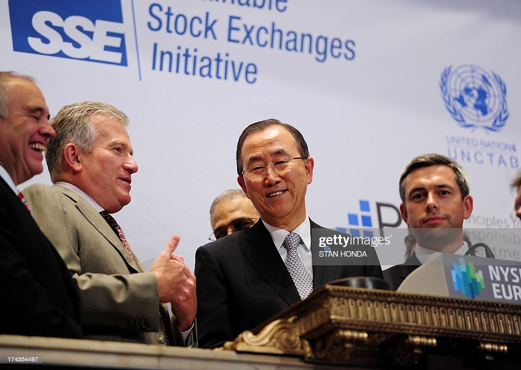 Euronext CEO Duncan L. Niederauer (2nd L) and United Nations Secretary General Ban Ki-Moon (C) just before Ban rang the closing bell of the New York Stock Exchange July 24, 2013 in New York. Ban was accepting the participation of the NYSE in the UN's 'Sustainable Stock Exchanges' initiative in a meeting with stock exchange executives. AFP PHOTO/Stan HONDA