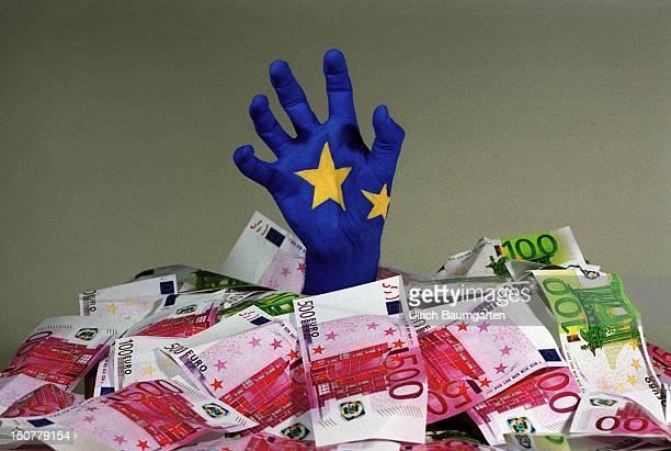 GERMANY BONN ' Europa Hand ' UBz blau geschminkte Hand mit Europasternen greift aus einem Haufen Euro Banknoten