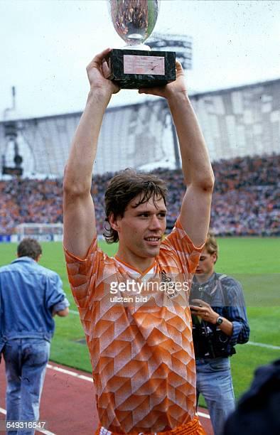 Europameisterschaft 1988 Finale Niederlande UdSSR am 256 in München Marco van Basten mit Pokal