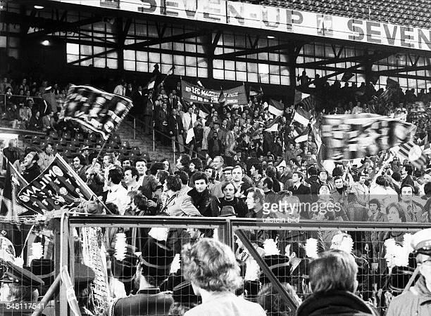 Europapokal der Pokalsieger Finale vor 5000 Zuschauern in Rotterdam 1FC Magdeburg AC Mailand 20 Eine kleine Gruppe von DDRFans zwischen den...