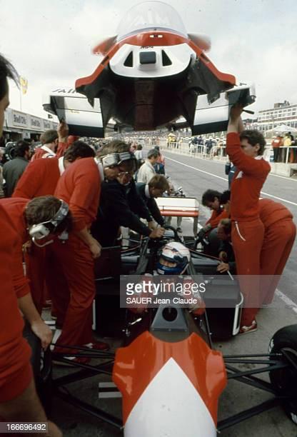 Europe Grand Prix In Brands Hatch England Prost Alain PROST casqué dans sa voiture à l'arrêt les mécaniciens entourant la Mac Laren