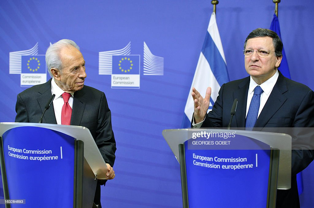 European Commission Chairman Jose Manuel Barroso (R) and Israeli President Shimon Peres give a press conference on March 7, 2013 after a working session at EU headquarters in Brussels. AFP PHOTO / GEORGES GOBET