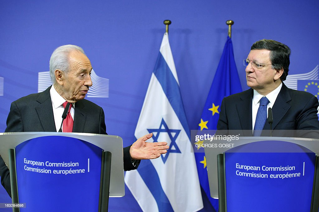 European Commission Chairman Jose Manuel Barroso (R) and Israeli President Shimon Peres give a press conference on March 7, 2013 after a working session at EU headquarters in Brussels.