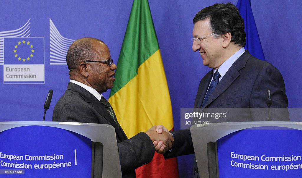 European Commission Chairman Jose Manuel Barroso (R) and Malian Prime Minister Diango Cissoko (L) shake hands on February 18, 2013 before giving a press conference following their meeting at EU headquarters in Brussels. European Union foreign ministers on February 18 formally approved the launch of a 500-strong EU military mission to train the Malian army, which has already begun work on the ground.