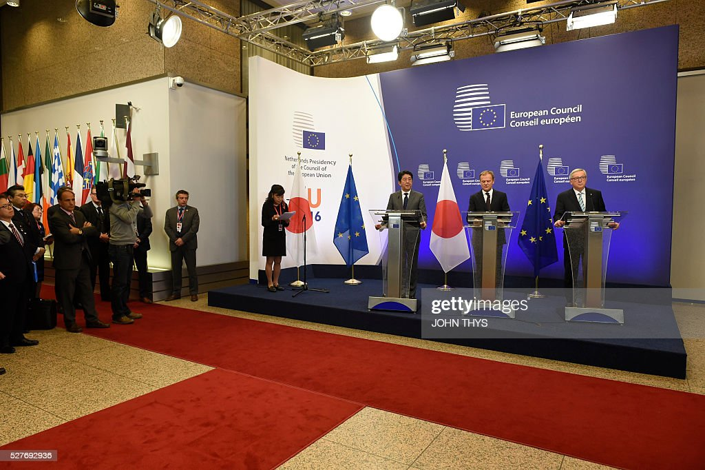 European Commission chief Jean-Claude Juncker, EU President Donald Tusk and Japanese Prime Minister Shinzo Abe hold a press conference prior to their meeting at the EU headquarters in Brussels on May 3, 2016. / AFP / JOHN