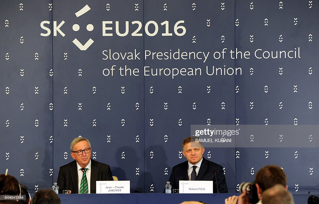 European Commission President Jean-Claude Juncker and Slovak Prime Minister Robert Fico (R) attend a press conference during a visit of the College of European Commissioners in Bratislava on July 1, 2016. / AFP / SAMUEL