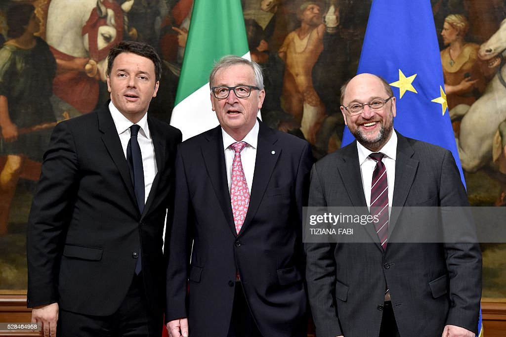 European Commission President Jean-Claude Juncker (C) Italian Prime Minister Matteo Renzi (L) and President of the European Parliament Martin Schulz pose prior to theirmeeting at the Palazzo Chigi in Rome on May 5, 2016. / AFP / TIZIANA