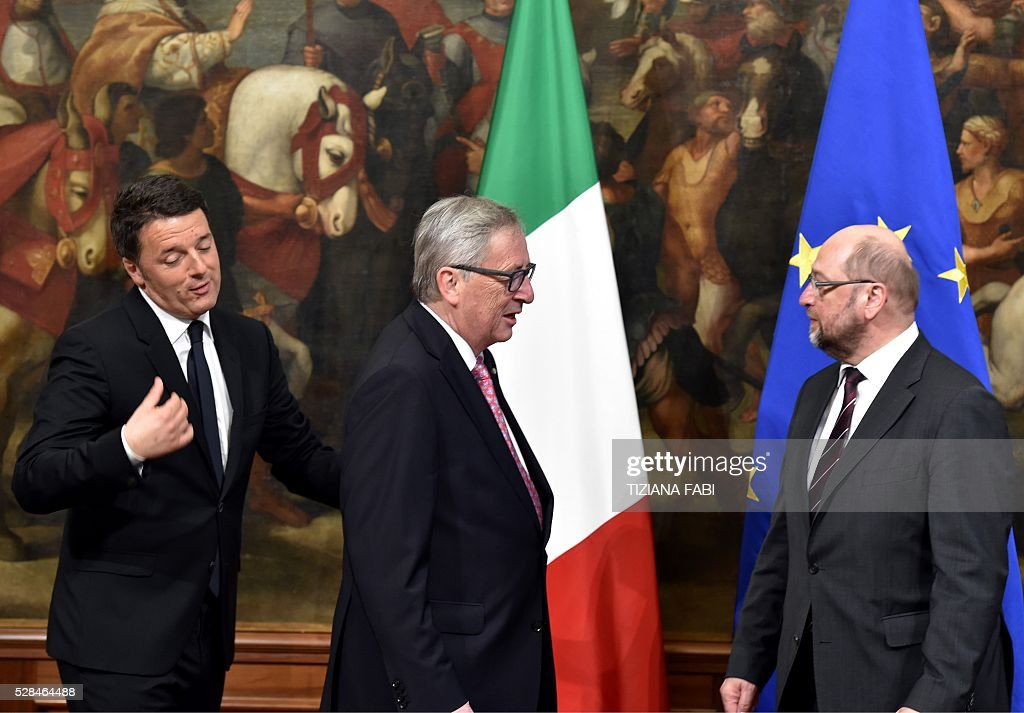 European Commission President Jean-Claude Juncker (C) Prime Minister Matteo Renzi (L) and President of the European Parliament Martin Schulz arrive for a meeting at Chigi Palace in Rome on May 5, 2016. / AFP / TIZIANA