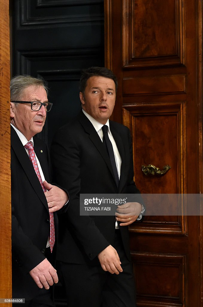 European Commission President Jean-Claude Juncker (L) walks with Prime Minister Matteo Renzi as they arrive for a metting at Chigi Palace in Rome on May 5, 2016. / AFP / TIZIANA