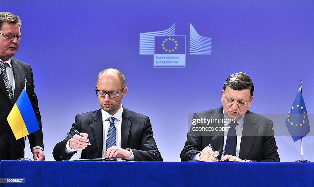 European Commission President Jose Manuel Barroso and Interim Ukrainian prime minister Arseniy Yatsenyuk sign an agreement for support to the...