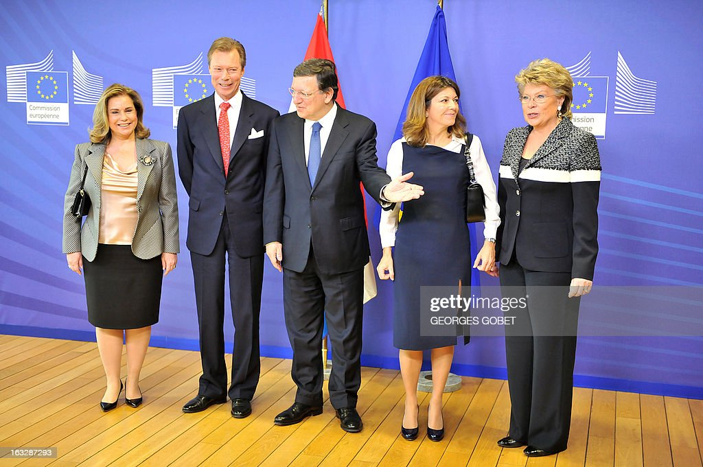 European Commission President Jose Manuel Barroso (C) welcomes (L to R) Grand-Duchess Maria Teresa of Luxembourg, Grand-Duke Henri of Luxembourg, Barroso's wife Maria Margarita Barroso and EU commissioner for Justice, Fundamental Rights and Citizenship Viviane Reding, prior to their working session on March 7, 2013 at the EU Headquarters in Brussels. AFP PHOTO / GEORGES GOBET