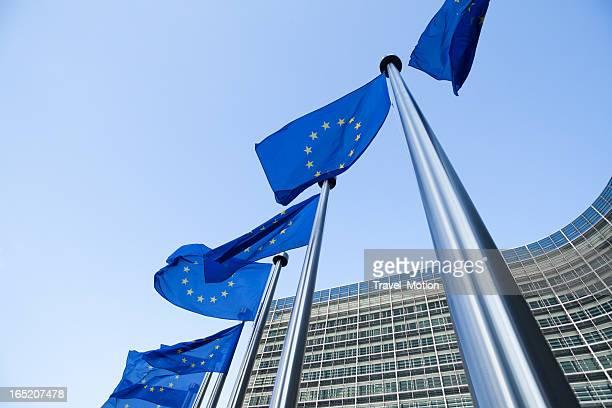Banderas europeas frente del edificio en Bruselas Berlaymont
