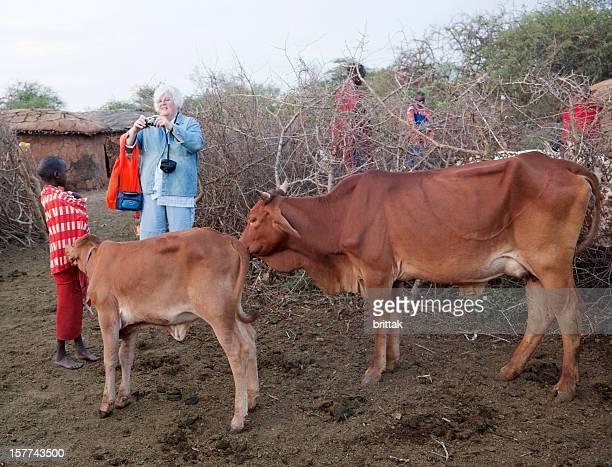 senior touristique européen prendre des photos de Maasai village.