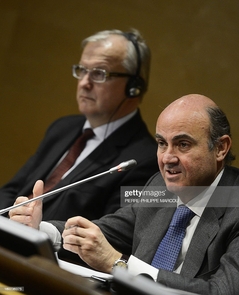 European Union Economic and Monetary Affairs commissioner Olli Rehn (L) and Spain's Minister for Economy and Competitiveness Luis de Guindos (R) give a press conference in Madrid on January 28, 2013. AFP PHOTO / PIERRE-PHILIPPE MARCOU