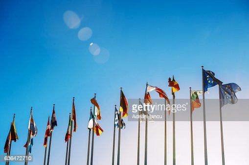 Banderas de la Unión Europea contra el cielo azul  : Foto de stock