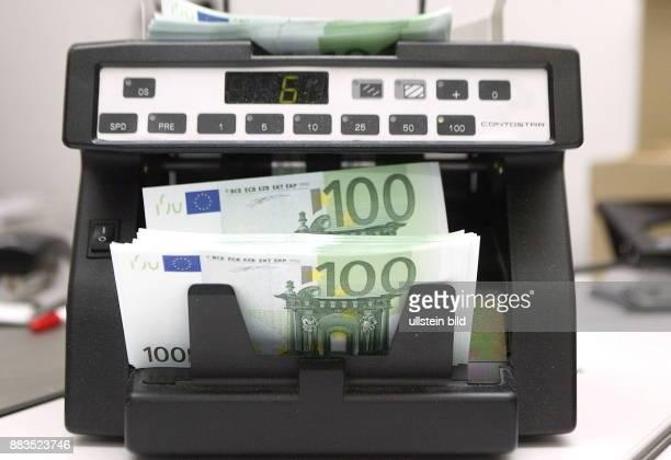 100 EuroScheine in einer Geldzählmaschine