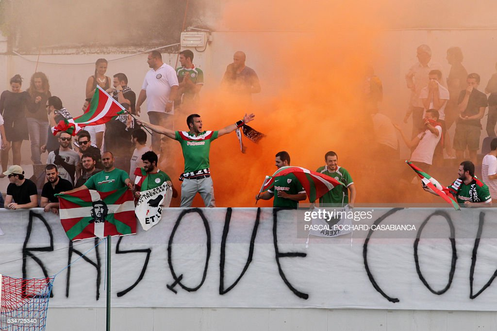 Euskadi's supporters cheer during the friendly football match between Squadra Corsa and Euskadi on May 27, 2016, at the Ange Casanova stadium in Ajaccio, on the French Mediterranean island of Corsica. / AFP / PASCAL