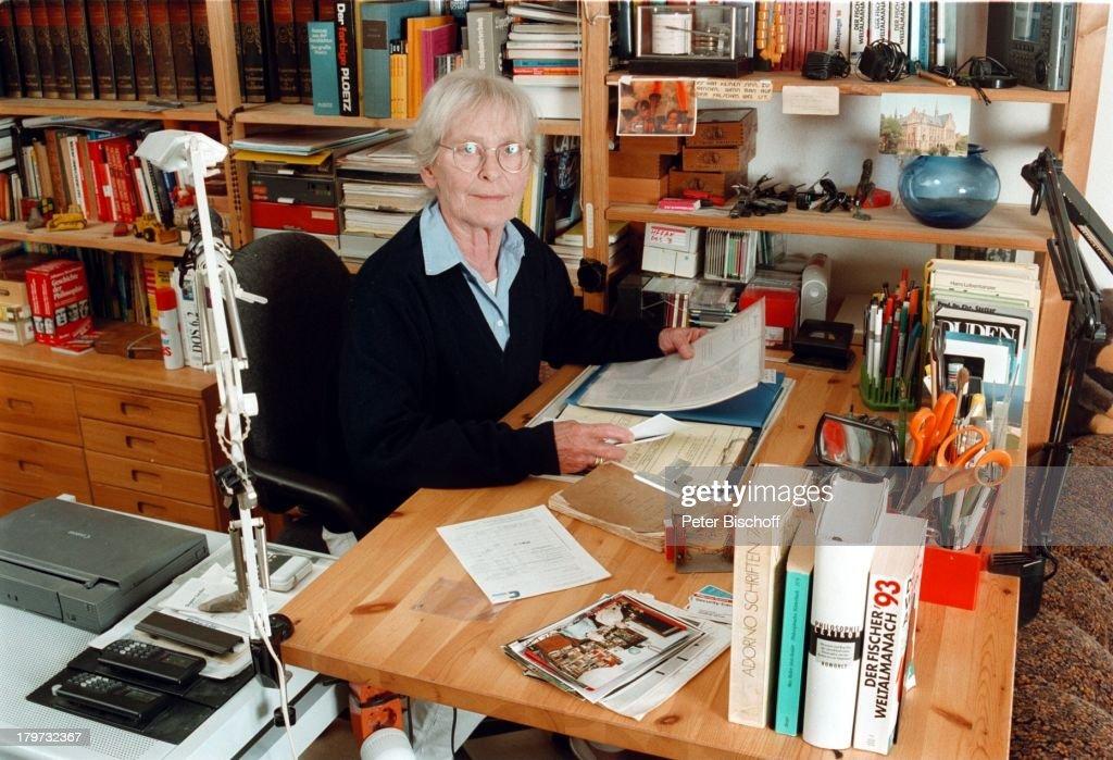 Eva Brumby beim Lesen in ihremArbeitsZimmer Homestory Lübeck Travemünde Brille
