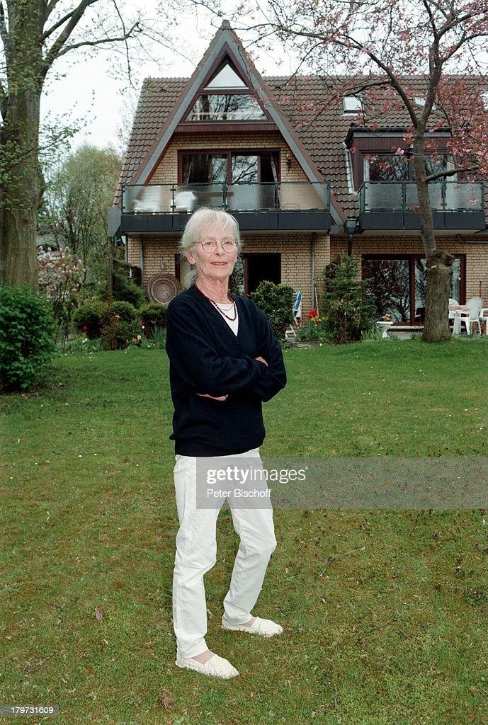 Eva Brumby in ihrem großen Garten vorihrer Wohnung in Lübeck TravemündeBrille