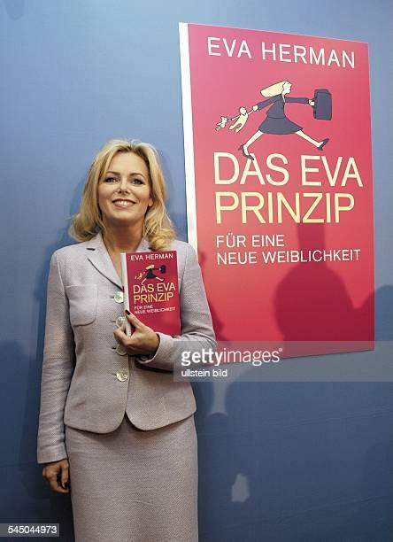 Eva HERMAN Moderatorin Autorin stellt in Berlin ihr Buch DAS EVA PRINZIP vor