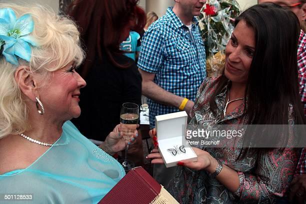 Eva Jacob Angestellte von 'Trauringe Schwarz' überreicht wervolle Brosche als GeburtstagsGeschenk Feier zum 70 Geburtstag von Eva Jacob Lokal...
