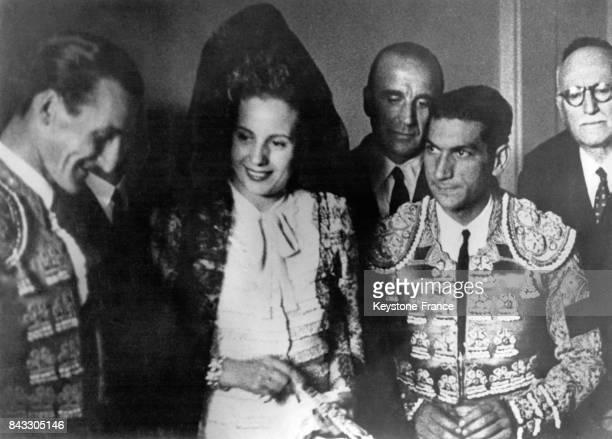 Eva Peron coiffée d'un mantille est entourée de deux toreros dans les coulisses d'une corrida organisée en son honneur 15 juin 1947 Madrid Espagne