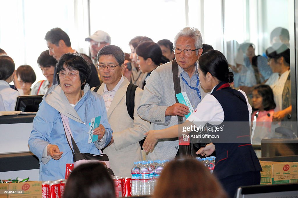 Evacuated passengers are seen on arrival at the international terminal after the fire from an engine on the left side of the Korean Air 2708 bound for Seoul at the Haneda International Airport on May 27, 2016 in Tokyo, Japan. 319 passengers and crews have safely evacuated. C runway has been closed.