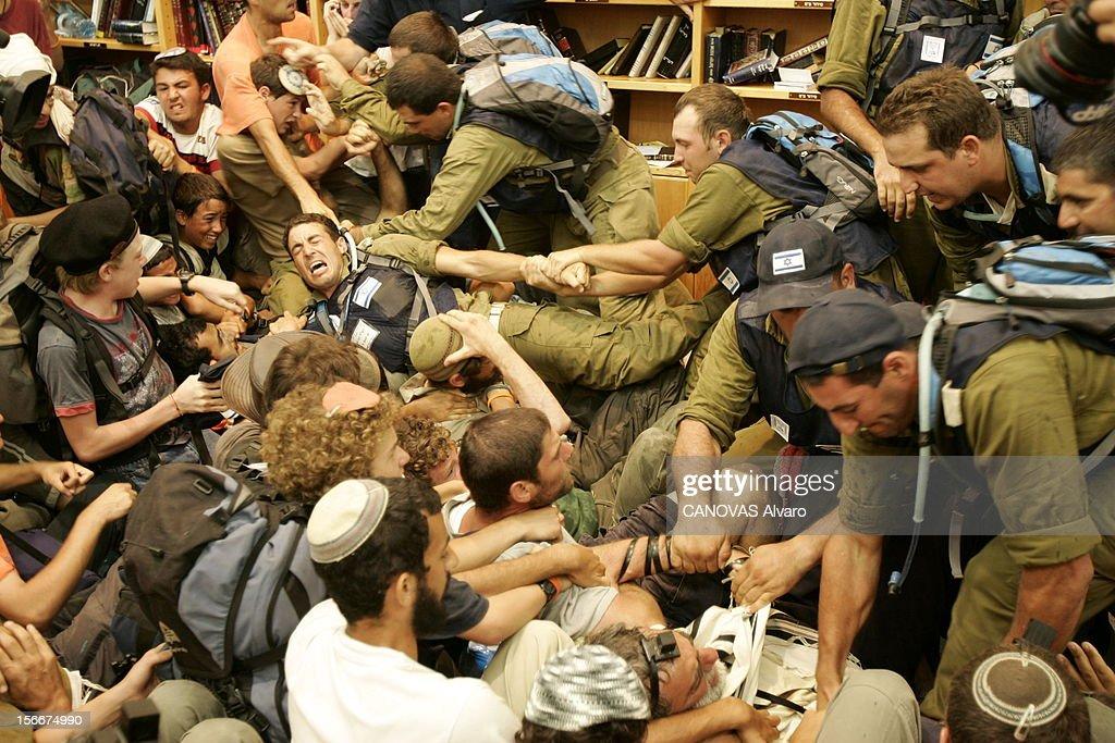Evacuation Of The Last Jews Settlers The Gaza Strip By The Army. Jeudi 18 août 2005 : les hommes de Tsahal viennent de pénétrer dans la synagogue de Neve Dekalim, la principale colonie de Gaza. Un soldat se retrouve pris entre les jeunes extrémistes qui l'agrippent et ses collègues qui viennent à son secours.