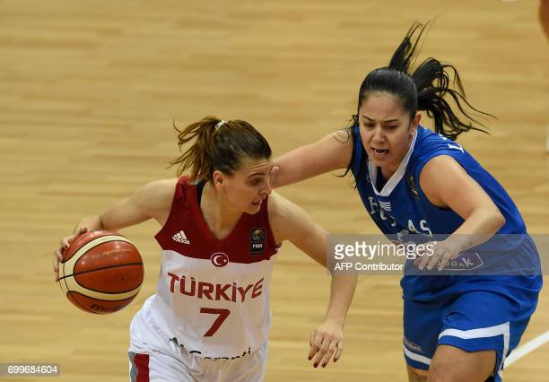 Evdokia Stamati of Greece tries to block Birsel Vardarli Darmimen of Turkey during the FIBA EuroBasket women's quarterfinal match between Turkey v...