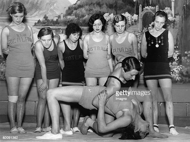 Evelyn Croft and Lola McLean at the international wrestling matches for women in Sheffield Photograph Around 1930 [Evelyn Croft und Lola McLean bei...