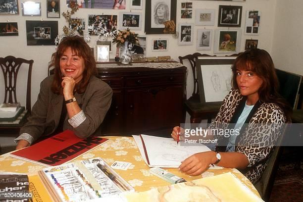 Evelyn GutkindBienert mit Tochter Katja Bienert zu Hause am in Berlin Deutschland