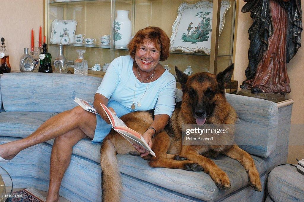 Villa Wohnzimmer : Evelyne torriani hund boss agno lugano schweiz